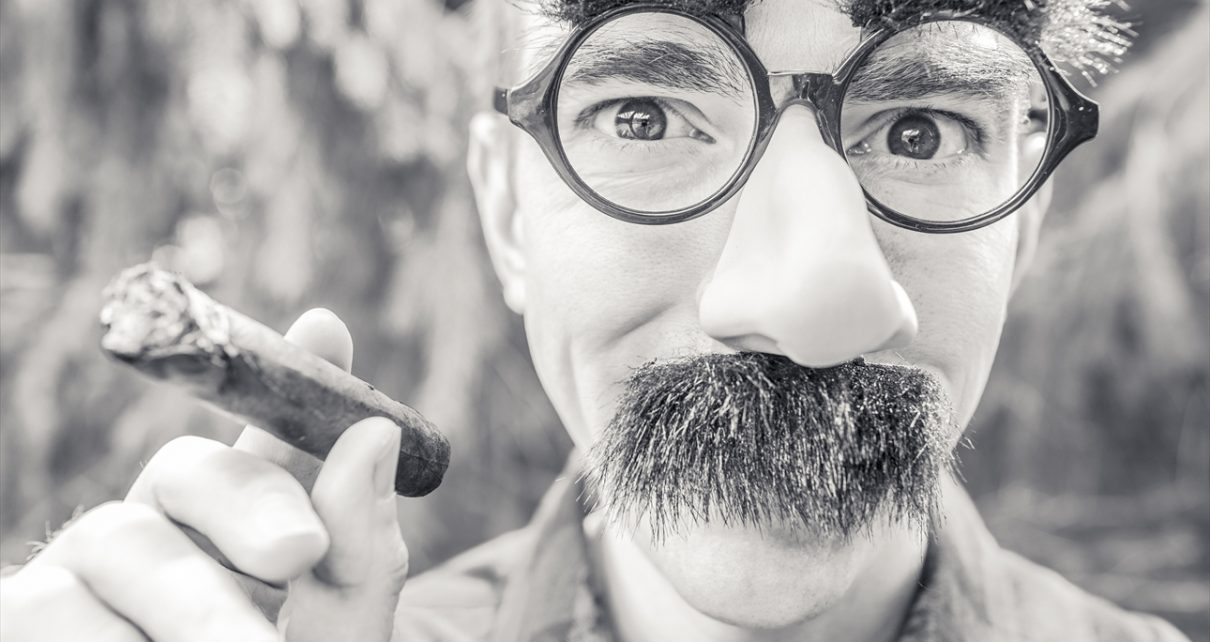喫煙するおじさん