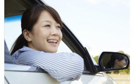自動車の窓から顔を出す女性4