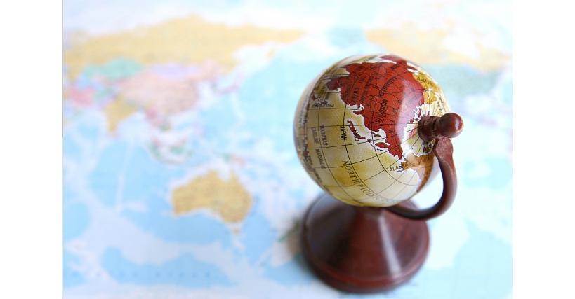 木の地球儀と地図
